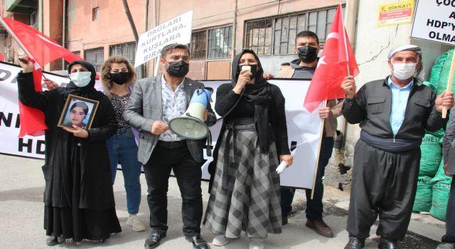 Evlat nöbetindeki anne HDP Hakkari il binasına taş attı