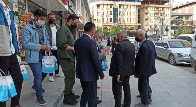 Başkan Özbek; Esnaf ve vatandaşlara dezenfektan dağıttı