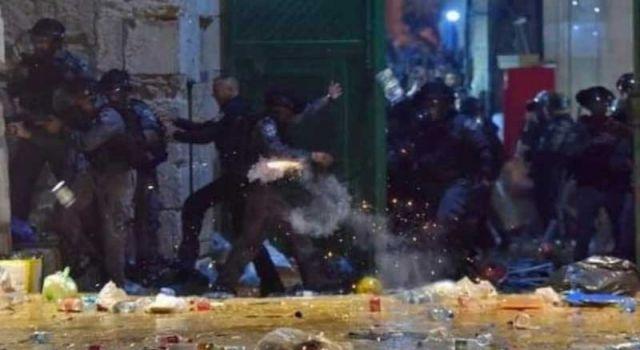 Mescid-i Aksa'ya giren İsrail polisi, namaz kılan cemaate ses bombalarıyla saldırdı: 53 yaralı