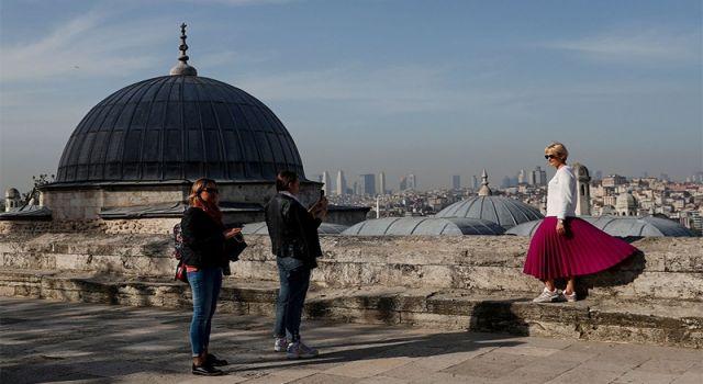 Türkiye, yurttaşlarını eve kapatırken yabancı turistleri ağırlıyor