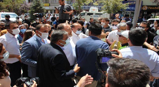 Polis, HDP'lilerin slogan atmasına engel oldu