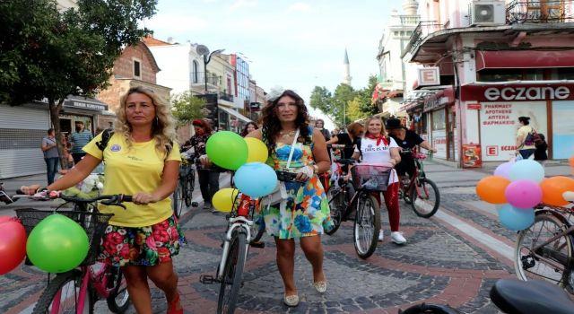 'Süslü Kadınlar' 155 şehirde bisiklet sürdü