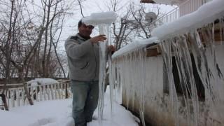Hakkari'de oluşan buz sarkıtları insan boyunu geçti