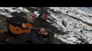 İngiliz sanatçı ile Hakkarili sanatçı Kürtçe şarkı seslendirdi