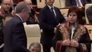 Erdoğan'ın elini öpmek isteyen ve önünde cübbesini iliklemeye çalışan hukukçular 'Etik Kurulu'na atandı