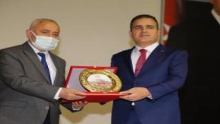 Rektör Pakiş'ten Vali Akbıyık'a yılın sporcusu ödülü